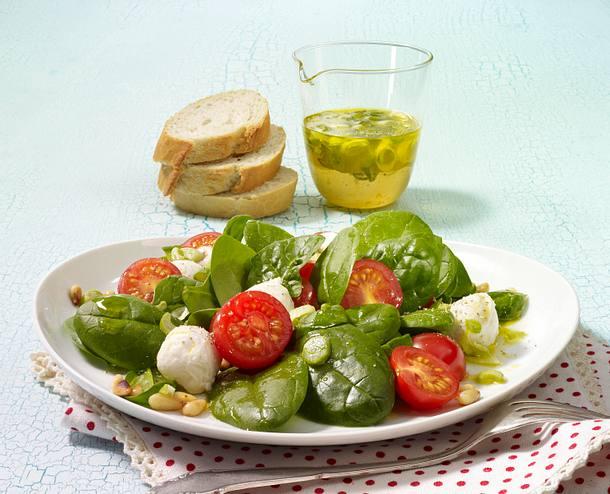 Spinatsalat mit Tomaten, Mozzarella und Lauchzwiebel-Vinaigrette Rezept