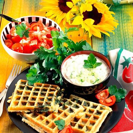 Spinatwaffeln mit Tomatensalat und Knoblauchquark Rezept