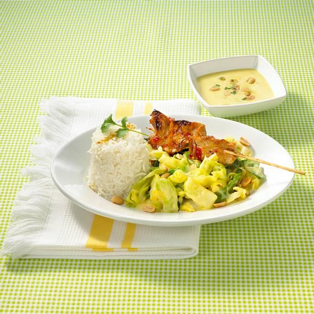 Spitzkohl-Curry mit Satéspießen Rezept