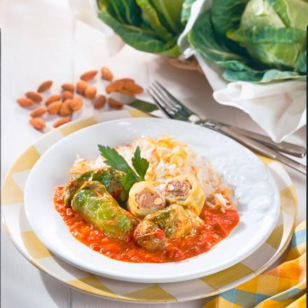 Spitzkohl-Röllchen mit Tomaten-Rahmsoße und Reis Rezept
