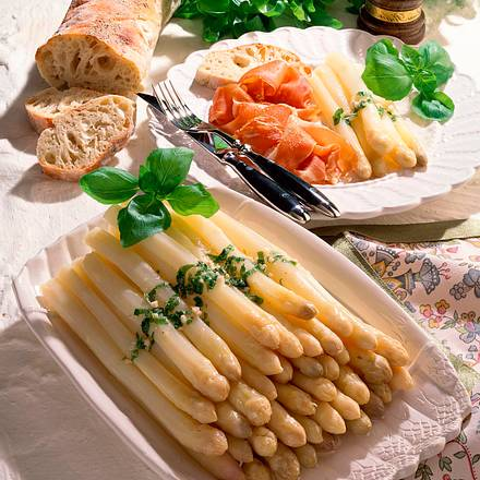 Stangenspargel mit Basilikum-Butter Rezept