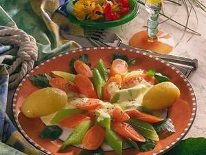 Staudensellerie-Möhren-Gemüse mit Käsesoße (für 4 Personen) Rezept