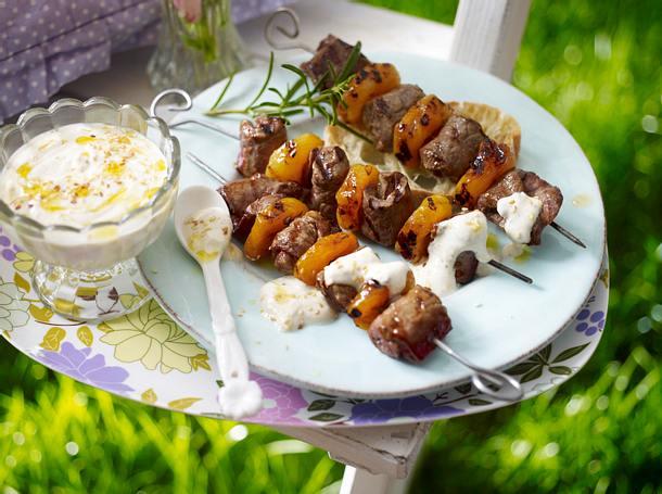 Steak-Aprikosen-Schaschlik mit Sesamjoghurt Rezept