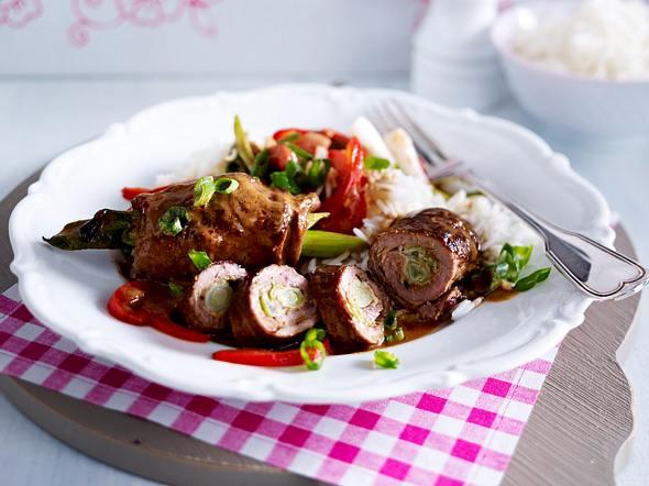 Steak-Erdnuss-Röllchen mit Lauchzwiebel-Paprika-Gemüse Rezept
