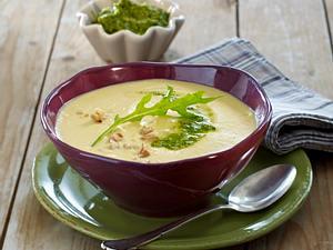 Steckrüben-Kartoffel-Suppe mit Walnusspesto Rezept