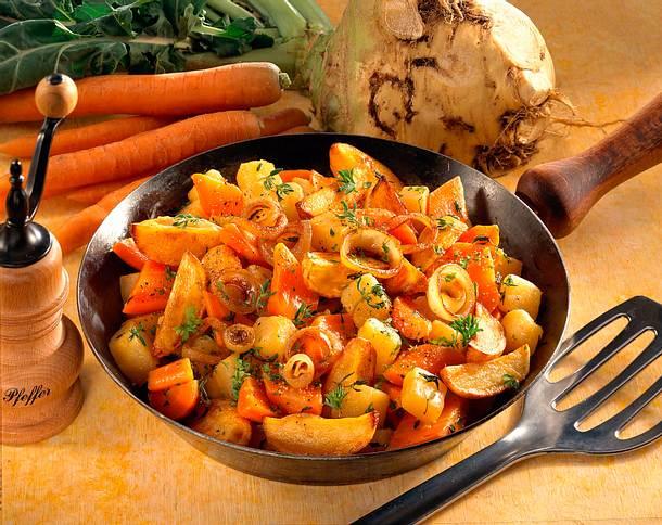 Steckrüben-Möhrenpfanne mit Röstkartoffeln Rezept