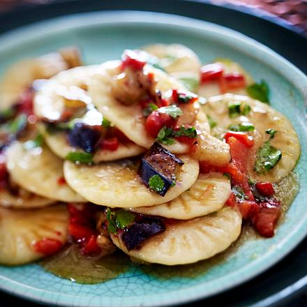 Stempelpasta mit Auberginen, gerösteter Paprika und Koriander Rezept