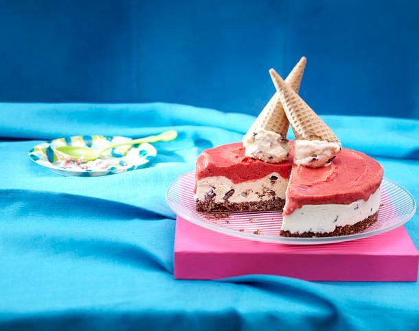 Stracciatella-Minz-Eistorte mit Erdbeersorbet Rezept