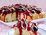 Stracciatella-Rührkuchen mit roter Grütze und Vanillesoße Rezept