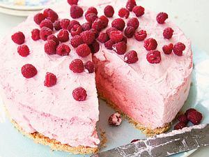 Strawberry Cloudcake (Geeiste Erdbeertorte mit Himbeer-Topping) Rezept