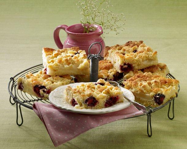 Streusel-Blechkuchen mit Birnen und Brombeeren Rezept