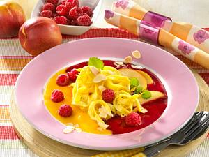 Süße Bandnudeln auf zweierlei Fruchtsoßen Rezept