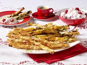 Süße Blätterteigstangen mit Himbeer-Vanillequark Rezept