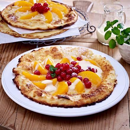 Süße Reispfannkuchen mit Aprikosenspalten und Johannisbeeren zu Vanillesoße Rezept