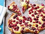 Süße Sommerpizza mit Beeren und Kirschen Rezept