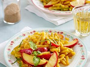 Süße Spätzle-Pfanne mit Apfelspalten Rezept