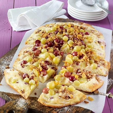 Süßer Flammkuchen mit Crème fraîche, Trauben und Müslikrokant Rezept