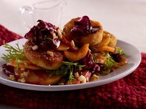 Süßkartoffelsalat mit paniertem Ziegenkäse und Walnuss-Apfel-Sambal Rezept