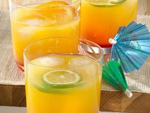 Sunrise mit Grenadine, Zitrussäften und Ananassaft Rezept