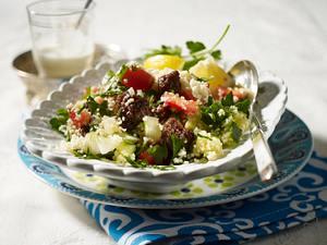Tabouleh mit Kebab (Couscous mit Gurke, Tomate und Petersilie zu Rinderhack) Rezept