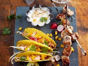 Tacos mit Gemüsefüllung und Hähnchenspießen Rezept