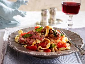 Tagliatelle alla pancetta (Bandnudeln mit Pancetta-Röllchen) Rezept