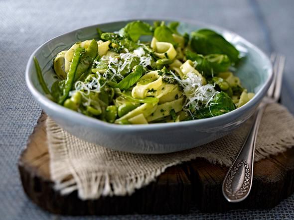 Tagliatelle mit grünem Gemüse und Salsa verde Rezept