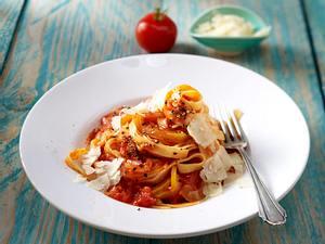Tagliatelle mit scharfer Paprika-Tomaten-Soße Rezept