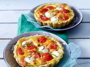 Tartelett Caprese: Mürbeteig-Tartelett mit Mozzarella und Kirschtomaten Rezept