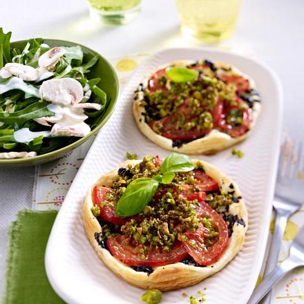 Tartelettes à la tapenade verte et tomates Rezept