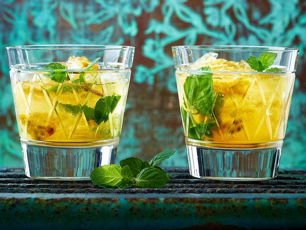 Tee-Cocktail mit Passionsfrucht, Minze und Rum Rezept