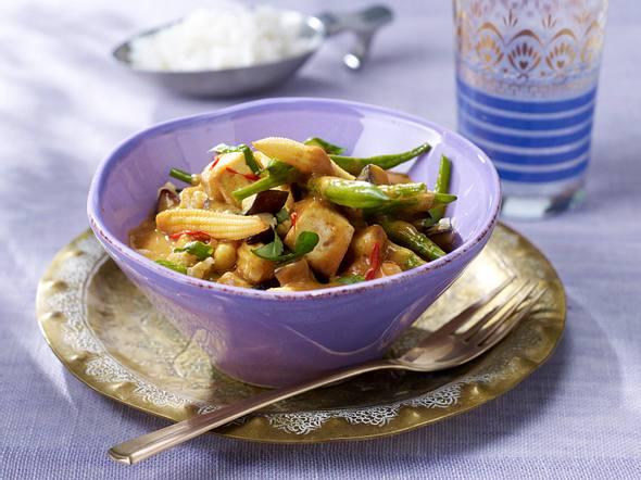 Thai-Curry mit Auberginen, Mini-Maiskolben, Tofu und grünen Bohnen in Kokossoße Rezept