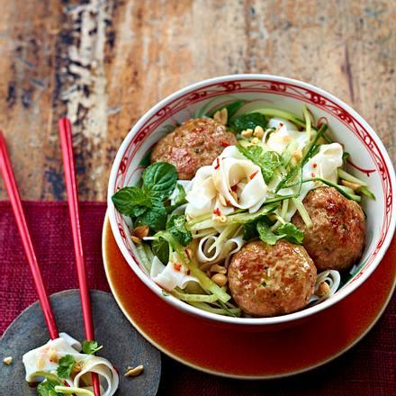 Thai-Frikadellen auf asiatischem Gurken-Nudelsalat Rezept