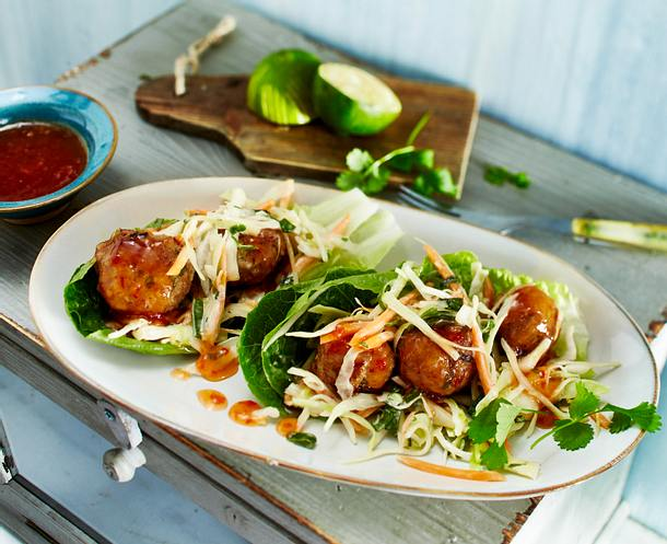 Thaifrikadellen mit Coleslaw im Salatblatt Rezept