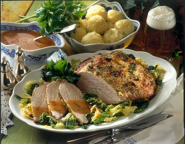 Thüringer Kartoffelklöße mit Schweinebraten auf Wirsing Rezept