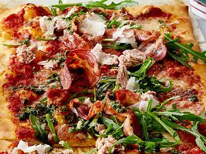 Thunfisch-Pizza mit Specklocken Rezept