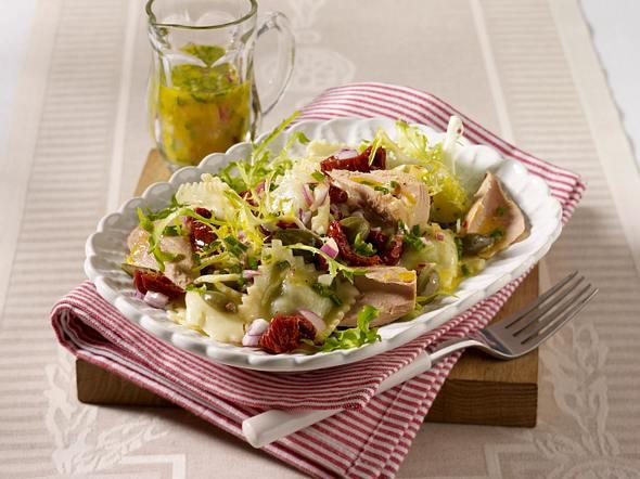 Thunfisch-Ravioli-Salat mit getrockneten Tomaten, Kapern und Zwiebel-Vinaigrette Rezept