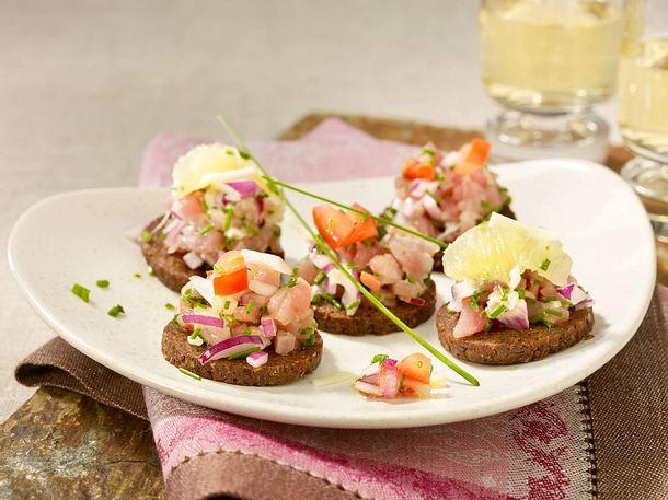 Thunfisch-Tatar auf Pumpernickel mit Limettensalsa Rezept