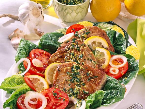 Thunfischsteaks auf knackigem Salat Rezept