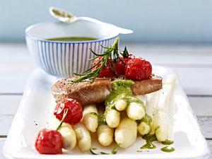 Thunfischsteaks auf Spargel mit Bärlauchsoße und Schmortomaten Rezept