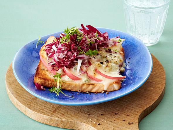 Toast mit Apfelspalten, Radicchio, Blauschimmelkäse und Kresse Rezept