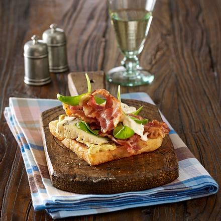 Toast mit Baby-Spinatblätter, Bacon und Gorgonzola Rezept
