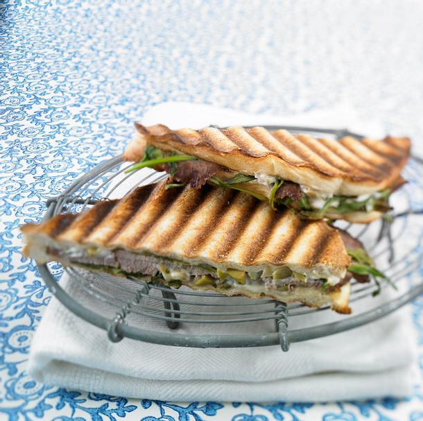 Toast mit Lamm, Oliven-Aioli und Rucola Rezept