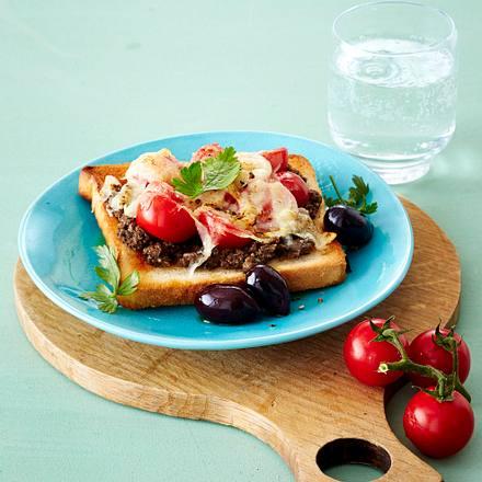 Toast mit Olivenpaste, Kirschtomaten und Parmesan Rezept