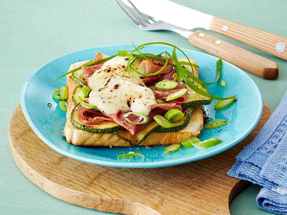 Toast mit Parmaschinken, Zucchini, Lauchzwiebeln und Mozzarella Rezept