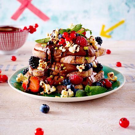 Toast-Turm mit Schokoladencreme und bunten Beeren Rezept