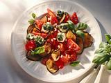 Tomaten-Auberginen-Salat mit Frischkäsebällchen Rezept