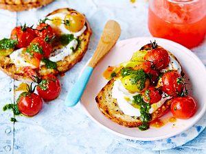 Tomaten-Pesto-Crostini für den Feierabend Rezept