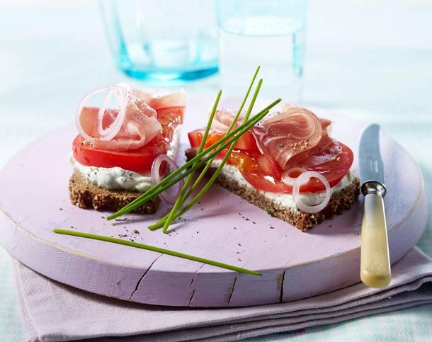 Tomaten-Quark-Brot mit Schinken Rezept