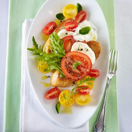 Tomaten-Rauke-Salat auf geröstetem Knoblauchbrot mit Mozzarella Rezept